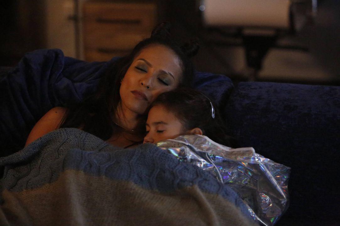 Während Maze (Lesley-Ann Brandt, l.) dank Trixie (Scarlett Estevez, r.) in das ganz normale Familienleben hineinschnuppert, zerbricht Lucifer beinah... - Bildquelle: 2016 Warner Brothers