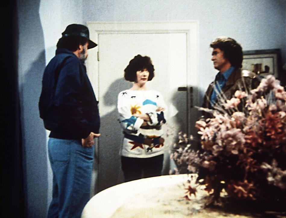 Jonathan (Michael Landon, r.) und Mark (Victor French, l.) machen Diane (Margie Impert, M.) klar, dass Scottie Angst vor der Ehe hat, sie aber nach... - Bildquelle: Worldvision Enterprises, Inc.