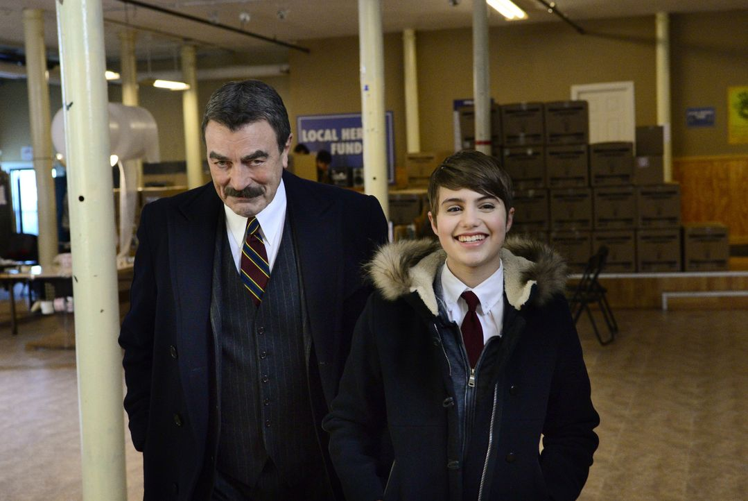 Nicky (Sami Gayle, r.) ist überaus stolz auf ihren Opa (Tom Selleck, l.), als der im Ermessen entscheidet und die lizenzlose Spendenorganisation doc... - Bildquelle: John Paul Filo 2014 CBS Broadcasting Inc. All Rights Reserved.