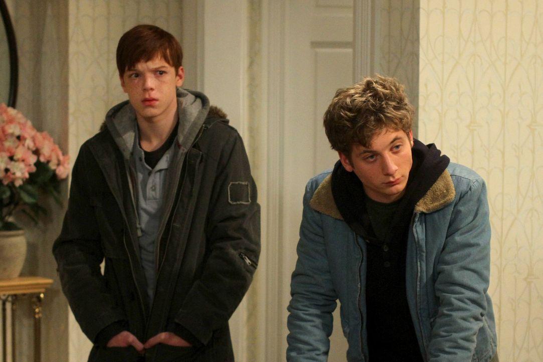 Als ihre Mutter aus heiterem Himmel auftaucht, sind Lip (Jeremy Allen White, r.) und Ian (Cameron Monaghan, l.) am Boden zerstört ... - Bildquelle: 2010 Warner Brothers