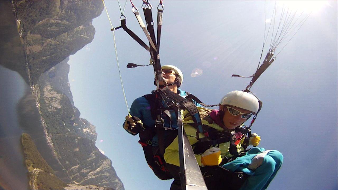 Mit Challenge beim Paragliding - Bildquelle: kabel eins