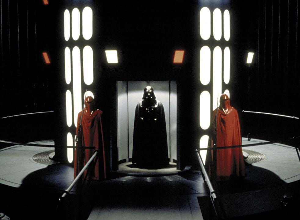 Darth Vader (David Prowse, M.) sorgt weiterhin für Angst und Schrecken im Universum ... - Bildquelle: TM & © 2015 Lucasfilm Ltd. All rights reserved.