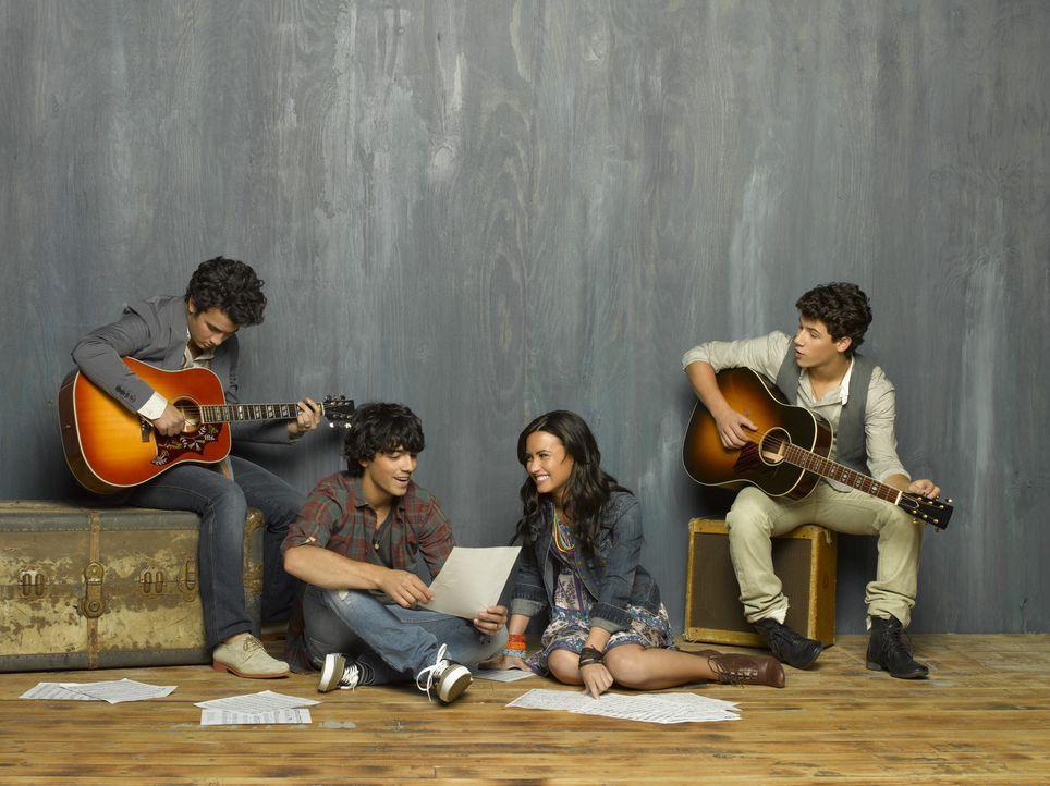 Der zweite Sommer in Camp Rock verläuft für (v.l.n.r.) Jason (Kevin Jonas), Shane (Joe Jonas), Mitchie (Demi Lovato) und Nate (Nick Jonas) zunäch... - Bildquelle: Disney
