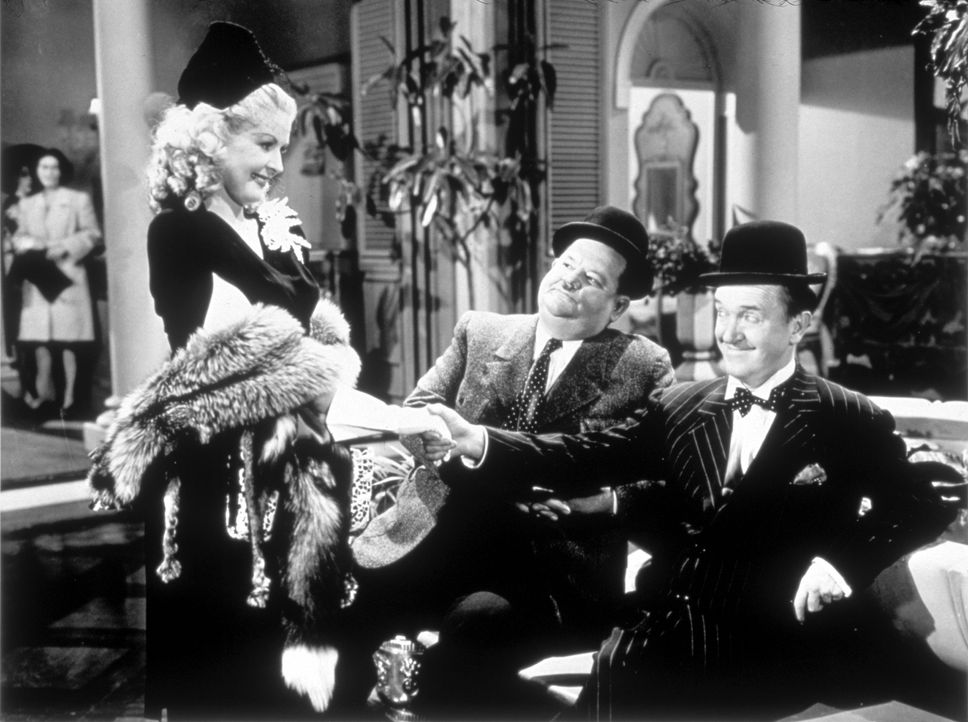 (v.l.n.r.) Hattie Blake (Carol Andrews); Oliver (Oliver Hardy); Stan (Stan Laurel) - Bildquelle: 1945 Twentieth Century Fox Film Corporation.