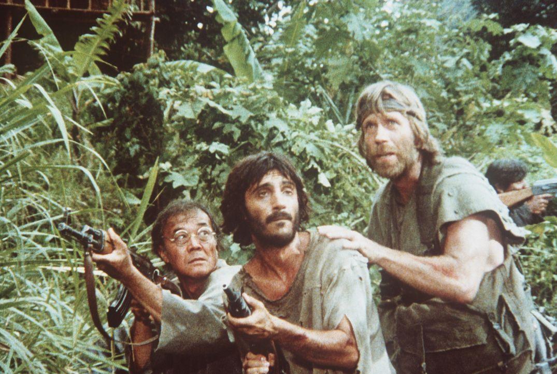 Zusammen mit seinen Leuten, die er aus dem Lager befreien konnte, flieht Braddock (Chuck Norris, r.) in den Dschungel ... - Bildquelle: Cannon Films