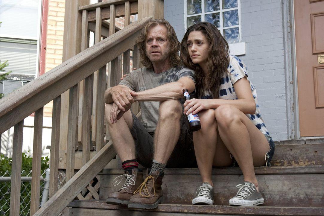 Wenn eines Frank (William H. Macy, l.) und Fiona (Emmy Rossum, r.) wieder zusammenschweißt, dann die Rückkehr der gewalttätigen Grammy ... - Bildquelle: 2010 Warner Brothers