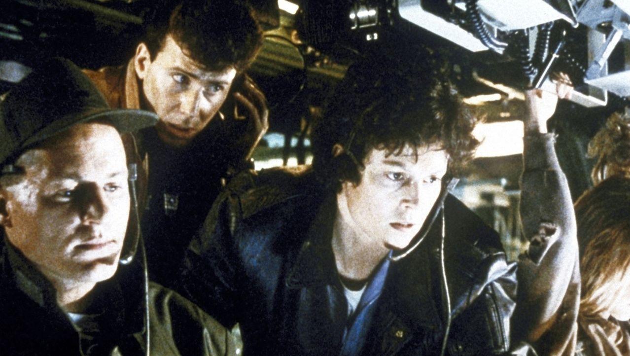 Lieutenant Gorman (William Hope, l.), der unerfahrene Leiter des Kommandounternehmens, Burke (Paul Reiser, M.), der Beobachter der Minen-Gesellschaf... - Bildquelle: 20th Century Fox of Germany