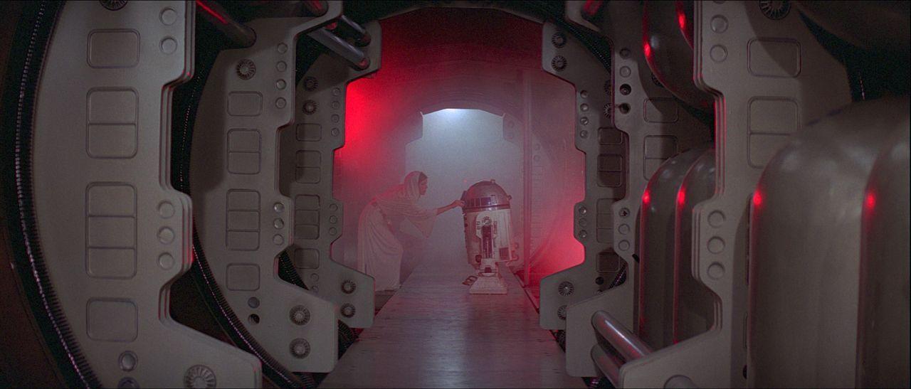 In ihrer Not beauftragt Prinzessin Leia (Carrie Fisher, l.), den kleinen Druiden R2-D2 (Kenny Baker, r.), eine wichtige Botschaft an den Jedi-Ritter... - Bildquelle: 1997 Lucasfilm Ltd. All rights reserved.