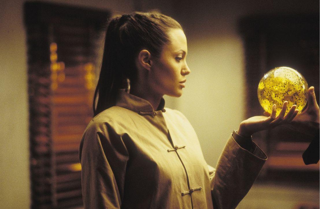 Ohne Hilfe kann sie die gefundene Kugel nicht entschlüsseln, doch zu Reiss kann Lara (Angelina Jolie) nicht gehen - er würde Böses auf die Welt losl... - Bildquelle: 2003 by Paramount Pictures. All Rights Reserved.