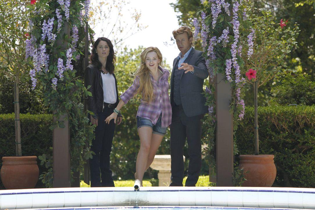 Während Teresa (Robin Tunney, l.) den Mord an einem Diamantschleifer untersucht, trifft Patrick (Simon Baker, r.) ein Mädchen, das behauptet, seine... - Bildquelle: Warner Bros. Television