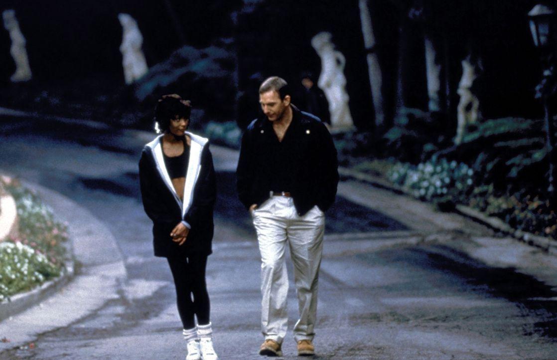 Der Top-Bodyguard Frank Farmer (Kevin Costner, r.) versucht, seine Gefühle zu der hübschen Sängerin Rachel Marron (Whitney Houston, l.) zu unterdrüc... - Bildquelle: Warner Bros.