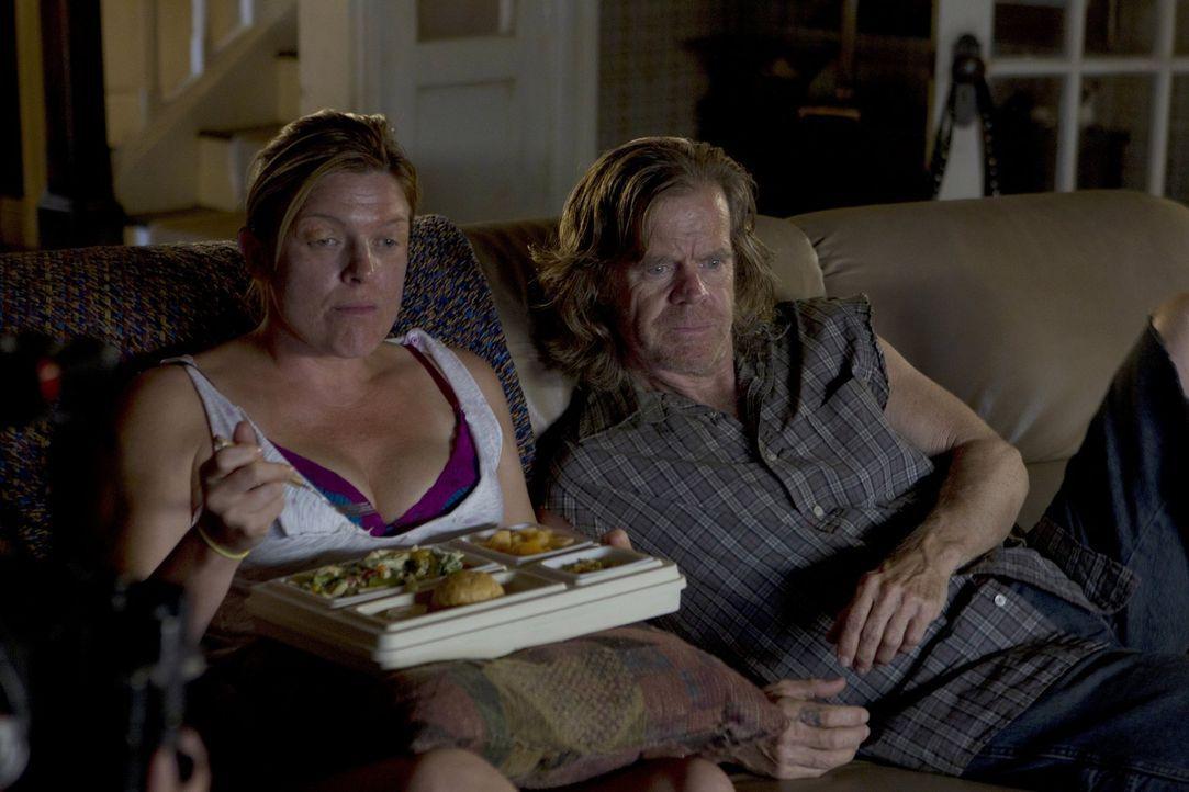 Da Sheila scheinbar ihre Angst, aus dem Haus zu gehen, los wird, sucht sich Frank (William H. Macy, r.) ein neues Opfer: Dottie (Molly Price, l.) ... - Bildquelle: 2010 Warner Brothers