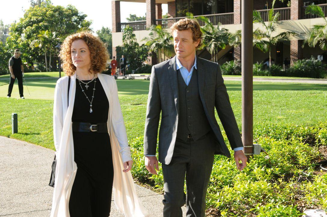 Bei den Ermittlungen in einem neuen Mordfall, trifft Patrick Jane (Simon Baker, r.) auf seine alte Bekannte Kristina Frye (Leslie Hope, l.), die von... - Bildquelle: Warner Brothers