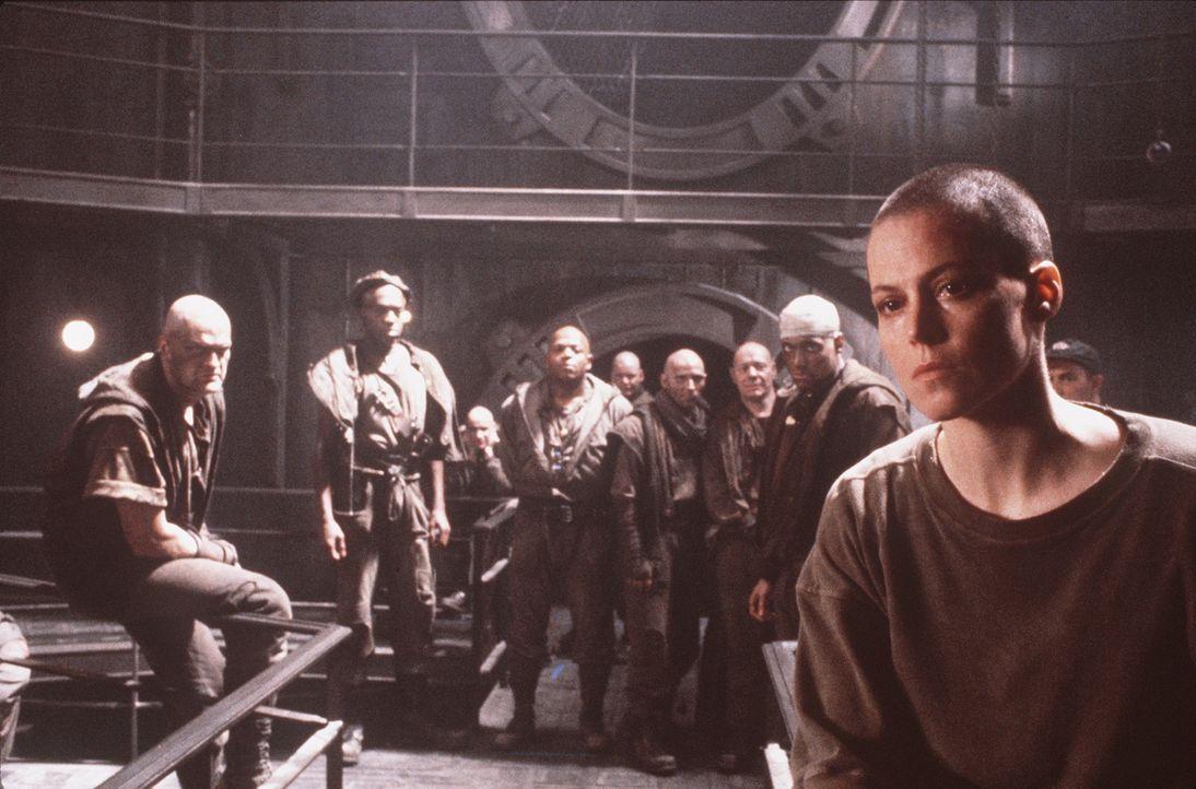 Auf dem düsteren Gefängnisplaneten sieht sich Ripley (Sigourney Weaver, r.) gewaltbereiten Angehörigen eines sonderbaren religiösen Ordens gegen... - Bildquelle: 20th Century Fox of Germany