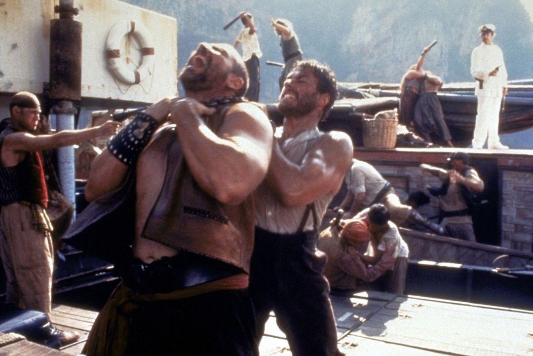 Mit vollem Einsatz steht Chris (Jean-Claude van Damme, vorne r.) den Männern des Piraten Dobbs (Roger Moore, hinten r.) beim Entern eines Frachters... - Bildquelle: Universal Pictures