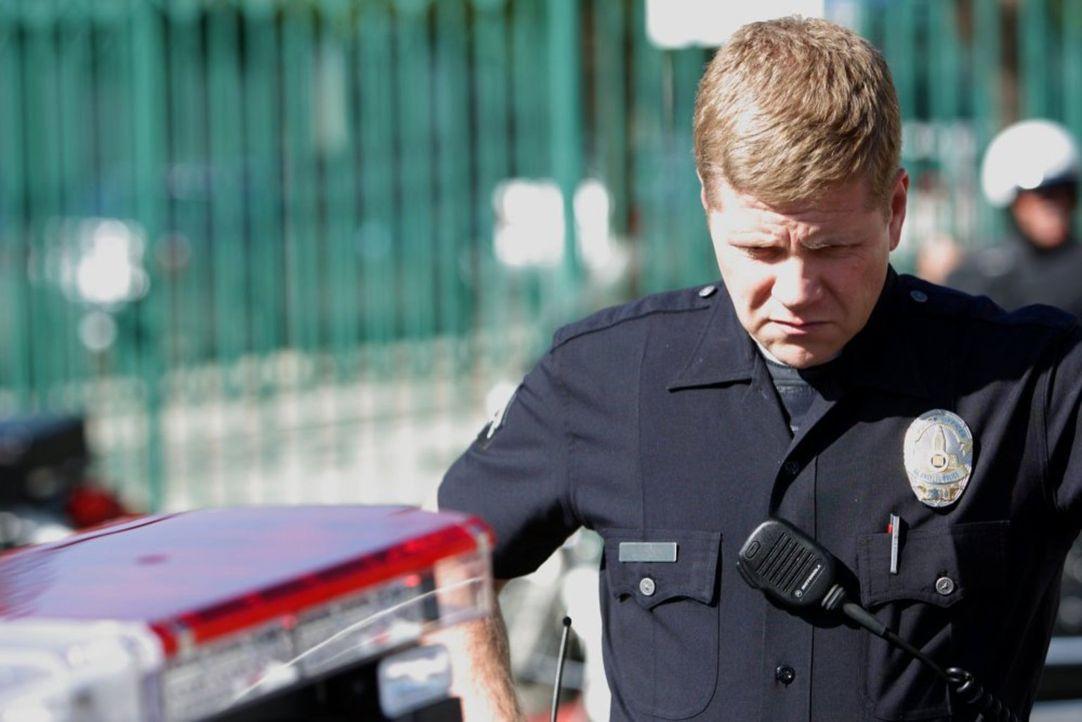 An einem Filmset kommt es zu einem Zwischenfall, der den Einsatz von Officer John Cooper (Michael Cudlitz) erfordert ... - Bildquelle: Warner Brothers