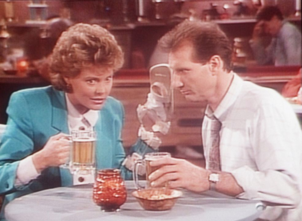 Marcy (Amanda Bearse, l.) und Al (Ed O'Neill, r.) gönnen sich bei einem gemeinsamen Kneipenbesuch ein paar Biere. - Bildquelle: Columbia Pictures