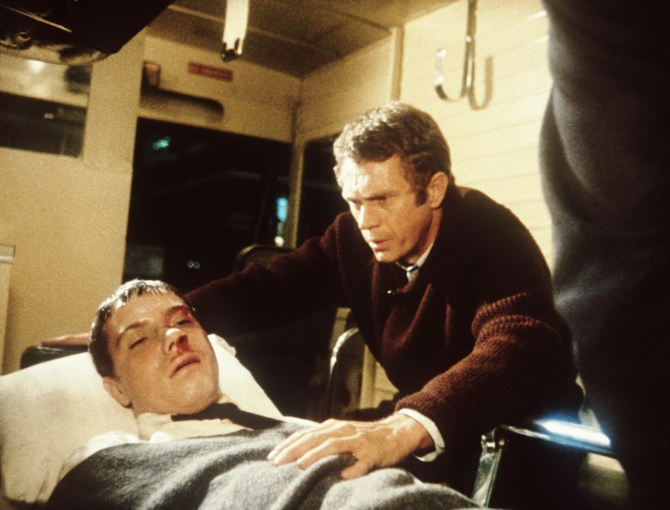 Bei einem heimtückischen Anschlag wird der Polizist Stanton (Carl Reindel, l.) schwer verletzt. Sein Kollege Frank Bullitt (Steve McQueen, r.) küm... - Bildquelle: Warner Bros.