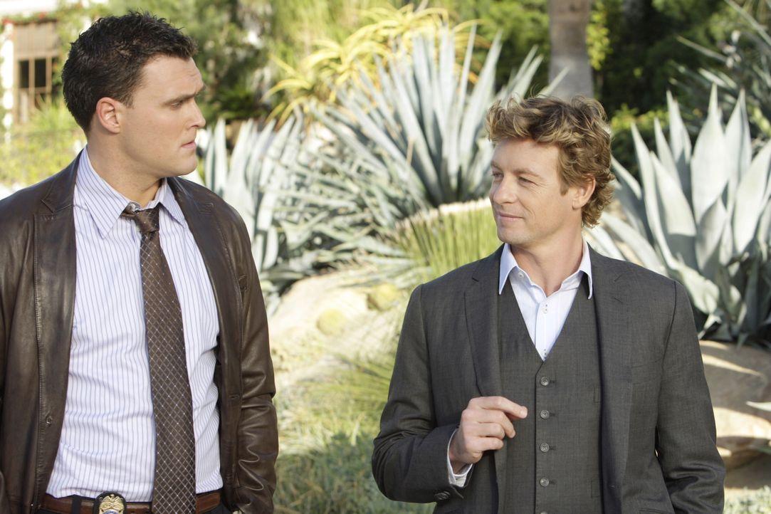 Ermitteln in einem neuen Fall: Patrick Jane (Simon Baker, r.) und Wayne (Owain Yeoman, l.) ... - Bildquelle: Warner Bros. Television