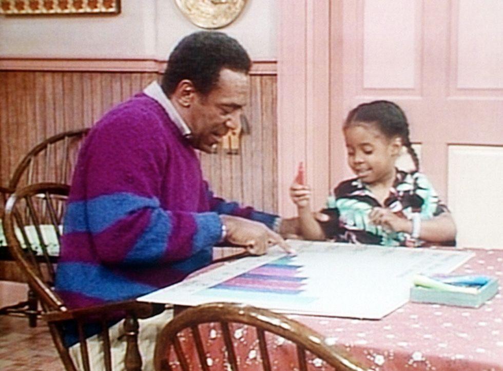 Cliff (Bill Cosby, l.) hat eine Gewichtstabelle für werdende Mütter angefertigt, aber Rudy (Keshia Knight Pulliam, r.) ist mit dem Kunstwerk noch... - Bildquelle: Viacom
