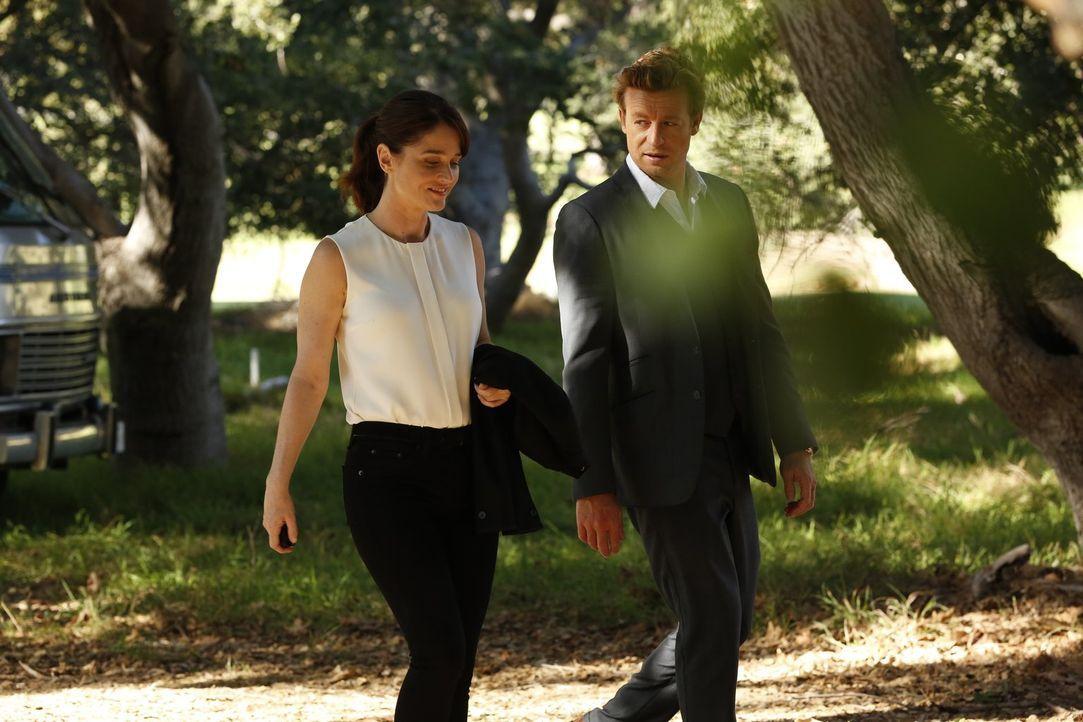 Ein neuer Fall beschäftigt Teresa Lisbon (Robin Tunney, l.) und Patrick Jane (Simon Baker, r.) ... - Bildquelle: Warner Bros. Television