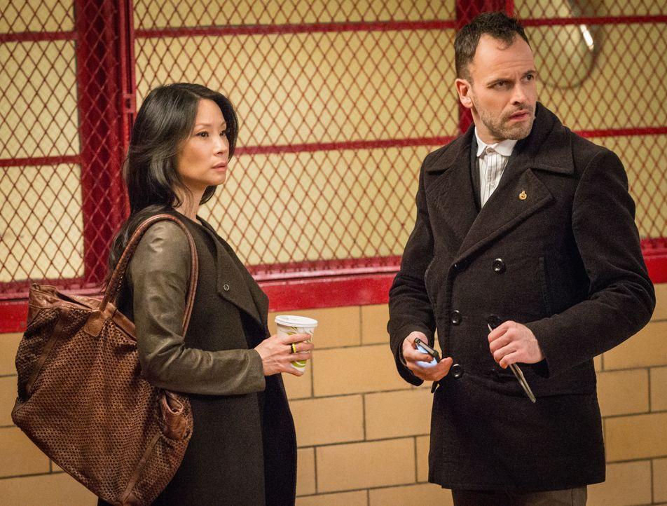 Während Holmes (Jonny Lee Miller, r.) und Watson (Lucy Liu, l.) einen lange zurückliegenden Fall aufrollen müssen, geht ihnen Lestrade auf die Nerve... - Bildquelle: CBS Television