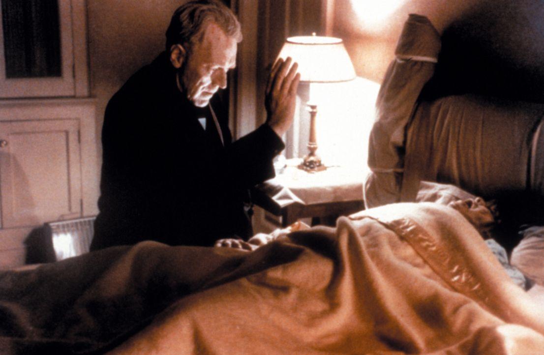 Wird Father Lankester Merrin (Max von Sydow, l.) die kleine Regan MacNeil (Linda Blair, r.) von ihren mysteriösen Anfällen befreien können? - Bildquelle: Warner Brothers International Television Distribution Inc.