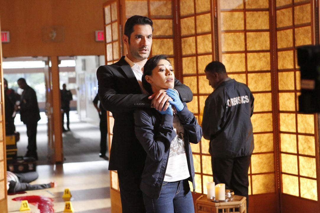 Was wird Lucifer (Tom Ellis, l.) tun, wenn Ella (Aimee Garcia, r.) herausfindet, dass sein erbetener Gefallen und der aktuelle Fall miteinander verk... - Bildquelle: 2016 Warner Brothers
