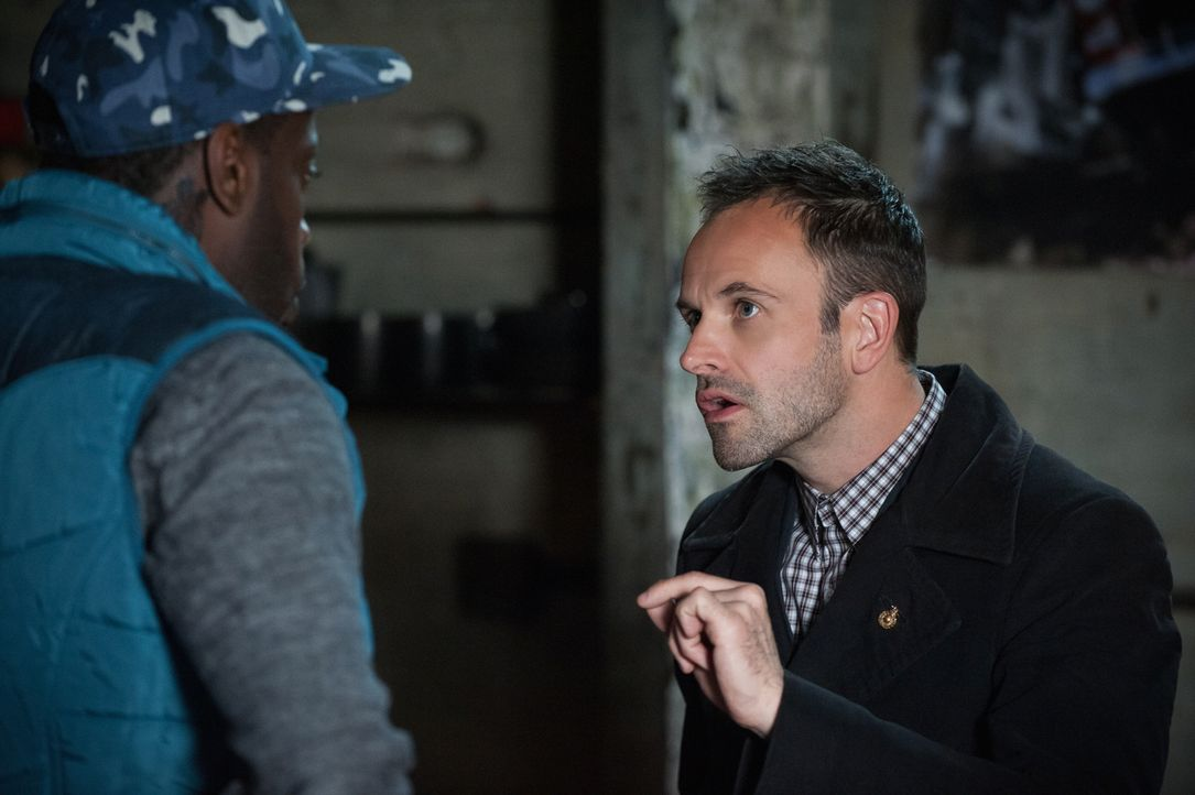 Sherlock Holmes (Jonny Lee Miller, l.) fühlt sich verantwortlich für eine schwere Verletzung, die sich Det. Bell bei einer zurückliegenden gemeinsam... - Bildquelle: CBS Television
