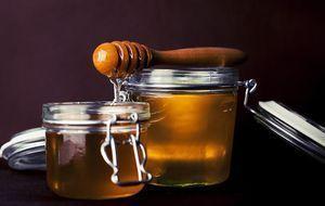 Honig im Glas mit einem Honiglöffel