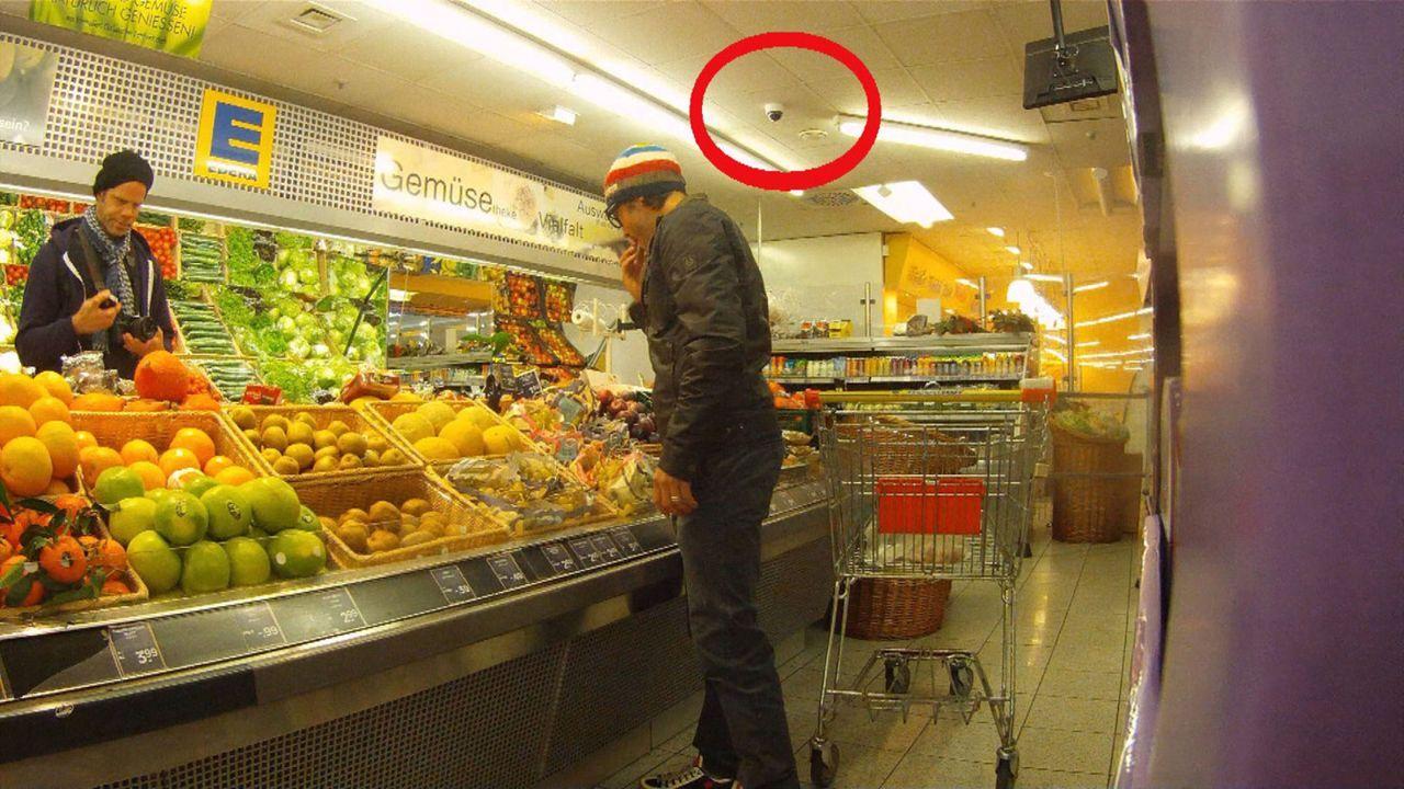 """Darf man die Weintrauben im Supermarkt probieren, bevor man sie an der Kasse gezahlt hat? """"Abenteuer Leben""""-Reporter Markus Henssler ist dieser Frag... - Bildquelle: kabel eins"""
