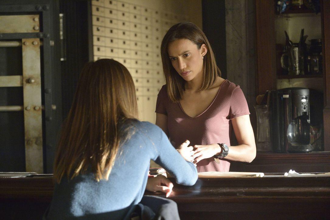 Machen sich Sorgen um Tori und Vincent: Cat (Kristin Kreuk, l.) und Tess (Nina Lisandrello, r.) ... - Bildquelle: 2013 The CW Network, LLC. All rights reserved.