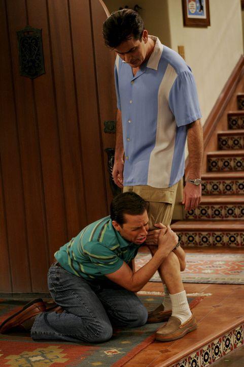 Alan (Jon Cryer, l.) bittet Charlie (Charlie Sheen, r.), wieder bei ihm einziehen zu dürfen  ... - Bildquelle: Warner Brothers Entertainment Inc.
