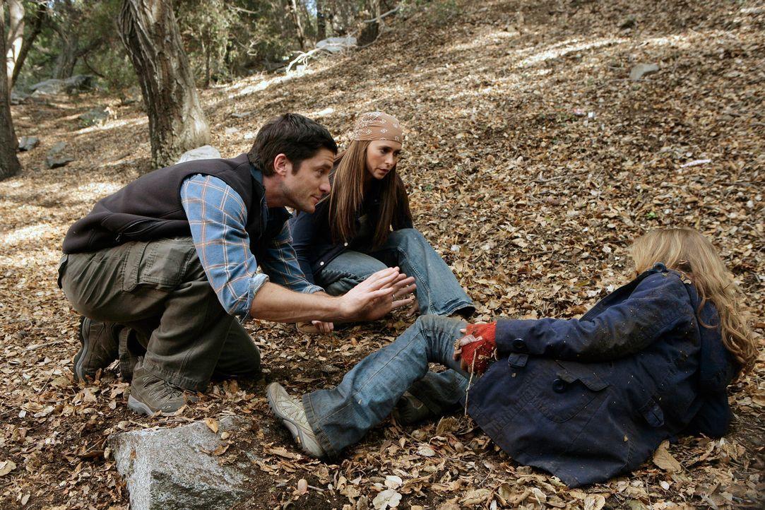 Bei ihrem Versuch davonzulaufen stürzt Becca (Mackenzie Vega, r.) und verletzt sich. Nun muss sie sich Jim (David Conrad, l.) und Melinda (Jennifer... - Bildquelle: ABC Studios