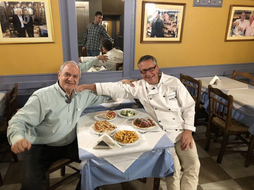 Dirk Hoffmann (r.) begibt sich auf Weltreise, um die Lieblingsgerichte der Deutschen zu finden. In Griechenland sucht er nach dem perfekten Gyros ... - Bildquelle: kabel eins
