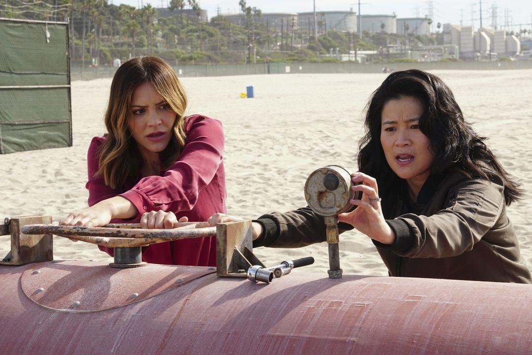 Paige (Katharine McPhee, l.) und Happy (Jadyn Wong, r.) bringen sich in Lebensgefahr, um die Bevölkerung rund um ein Atomkraftwerk zu retten ... - Bildquelle: Monty Brinton 2017 CBS Broadcasting, Inc. All Rights Reserved
