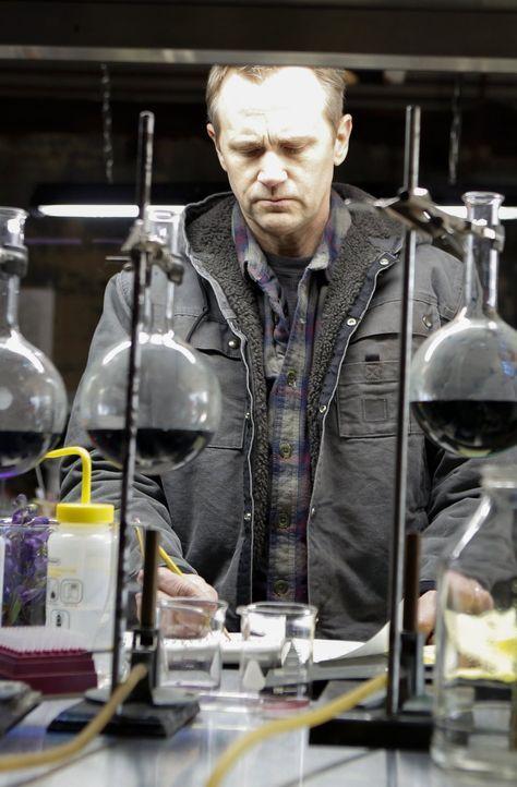 Niemand ahnt, dass im Labor von Hans Koehler (Lee Tergesen) gerne und viel mit Giften experimentiert wird ... - Bildquelle: Warner Brothers