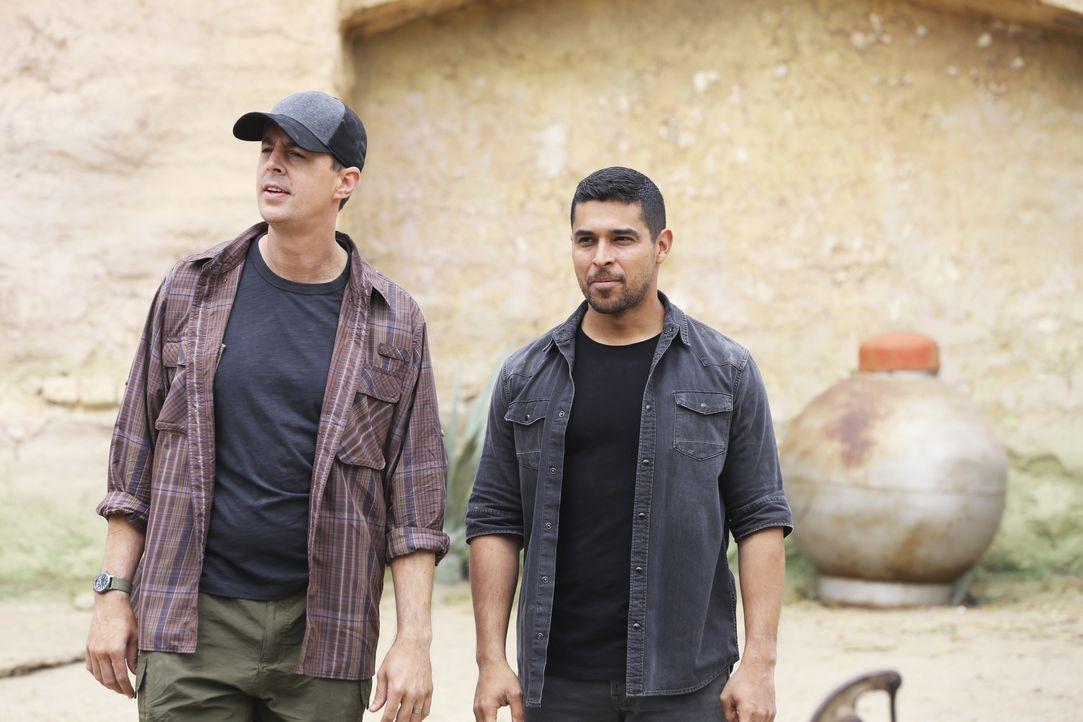 Noch ahnen McGee (Sean Murray) und Torres (Wilmer Valderrama) nicht, welche Folgen die Suche nach einem Navy SEAL in Paraguay mit sich bringt ... - Bildquelle: 2017 CBS Broadcasting, Inc. All Rights Reserved.