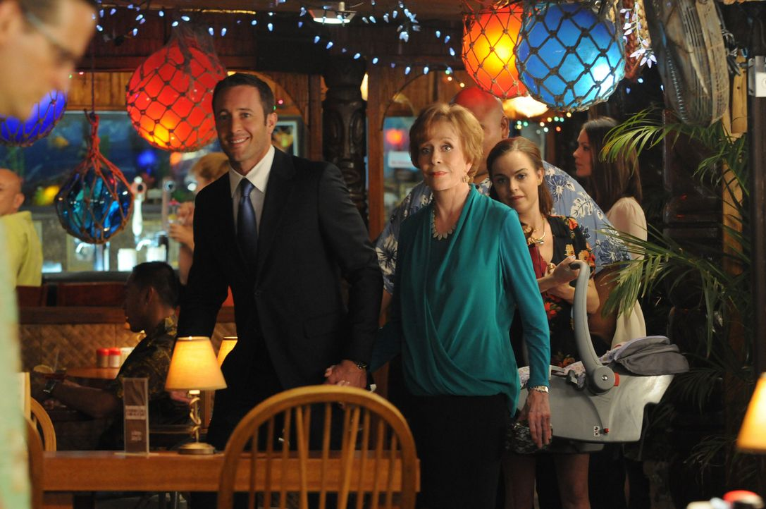 Steve (Alex O'Loughlin, l.) und Mary (Taryn Manning, r.) begehen die Thanksgiving-Feier in Nickys Bar, um gute Erinnerungen an ihre Tante Deb (Carol... - Bildquelle: 2013 CBS BROADCASTING INC. All Rights Reserved.