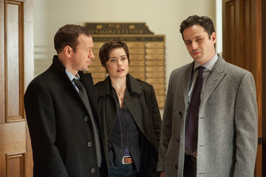 Zusammen mit dem jüdischen Detective Wolf Landsman (Luke Kirby, r.) versuchen Danny (Donnie Wahlberg, l.) und Candice (Megan Boone, M.) in der jüdis... - Bildquelle: Jojo Whilden 2013 CBS Broadcasting Inc. All Rights Reserved.