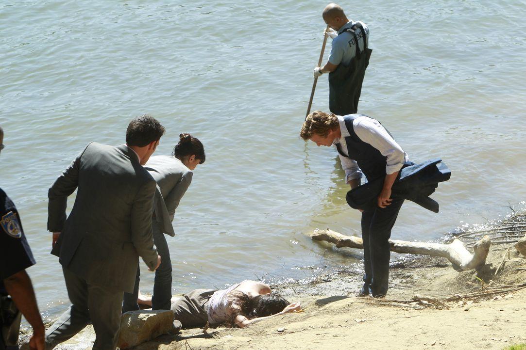 Kurz nachdem am Ufer des Sacramento River die Leiche einer ermordeten Frau gefunden wird, erfährt Patrick (Simon Baker, r.), dass sich seine offenba... - Bildquelle: Warner Bros. Television