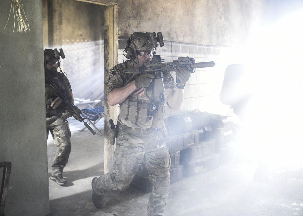 Als Clay in einem Raum, der sich in unmittelbarer Nähe zu schwerbewaffneten Terroristen befindet, eingeschlossen ist, übergehen seine Kameraden (A.J... - Bildquelle: Ron Jaffe CBS   2017 CBS Broadcasting, Inc. All Rights Reserved / Ron Jaffe