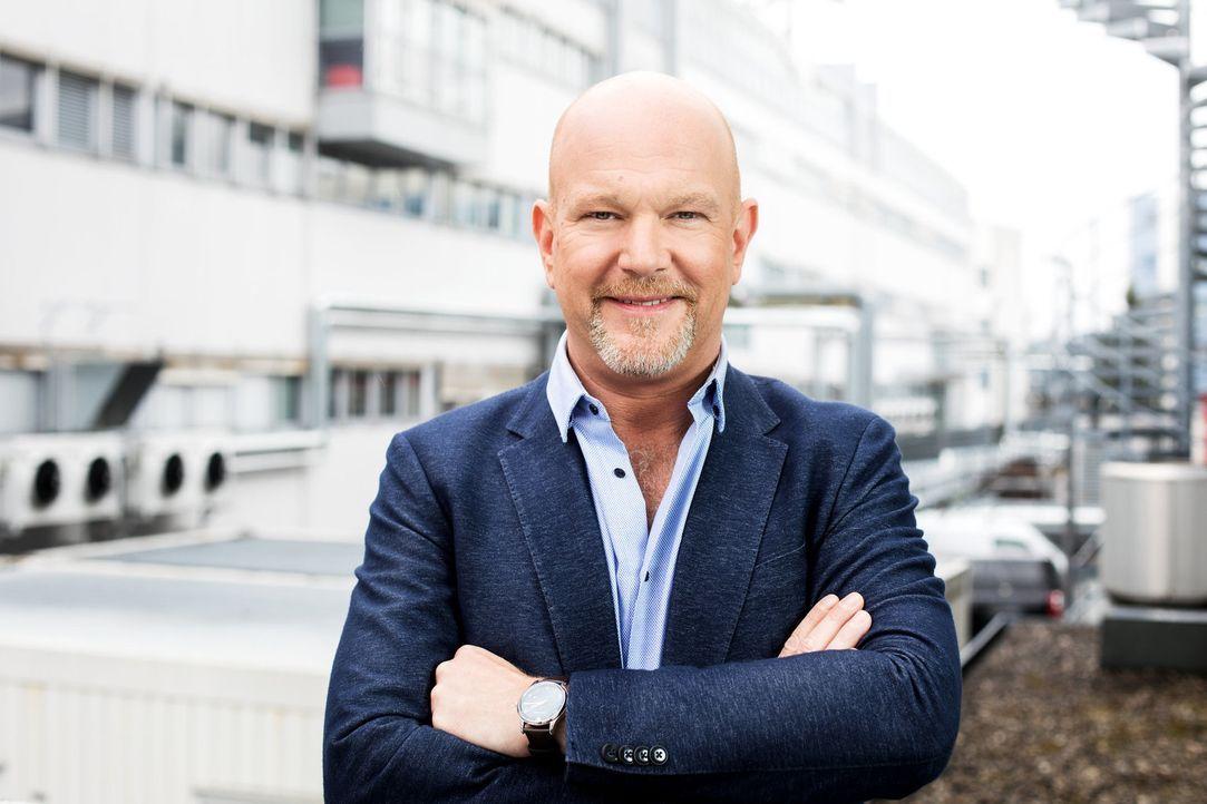 Ist den Abzockern in Deutschland auf der Spur: Moderator Peter Giesel ... - Bildquelle: Stefan Hobmaier kabel eins