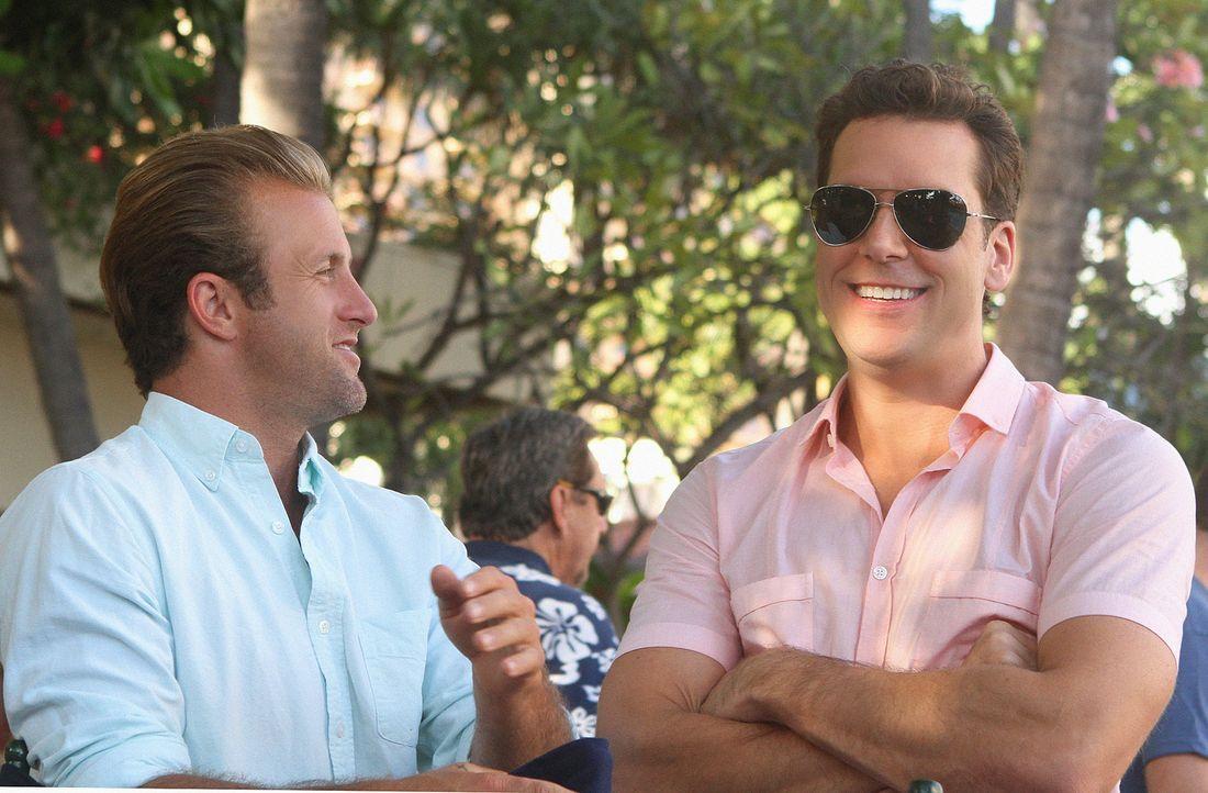 Dannys (Scott Caan, l.) abenteuerlustiger Bruder Matt (Dane Cook, r.) kommt überraschend zu Besuch. Als Danny erfährt, dass Matt wegen mutmaßlichen... - Bildquelle: 2011 CBS BROADCASTING INC.  All Rights Reserved.