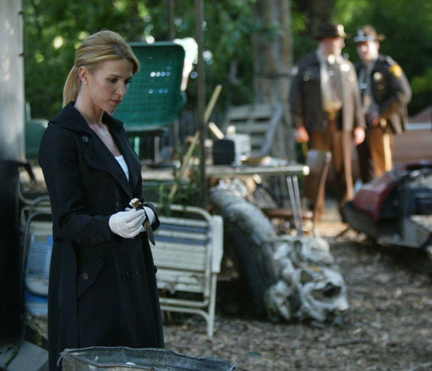 Kann das Messer, das Samantha Spade (Poppy Montgomery, l.) im Abfall gefunden hat, die Ermittler zum Täter führen ... - Bildquelle: Warner Bros. Entertainment Inc.