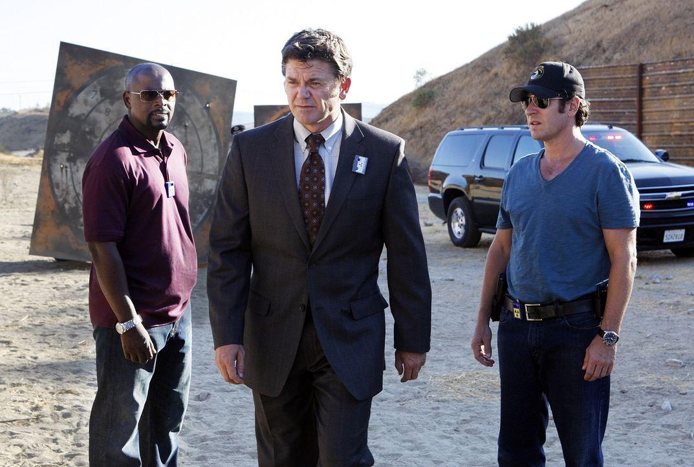 Kann Floyd Mayborne (John Michael Higgins, M.) Don (Rob Morrow, r.) und David (Alimi Ballard, l.) bei ihren Ermittlungen in ihrem neuen Fall weiterh... - Bildquelle: Paramount Network Television