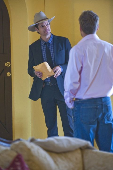 Travis Travers (Greg Cromer, r.) hat ordentlich Dreck am Stecken und das weiß auch Raylan Givens (Timothy Olyphant, l.) ... - Bildquelle: 2010 Sony Pictures Television Inc. and Bluebush Productions, LLC. All Rights Reserved.