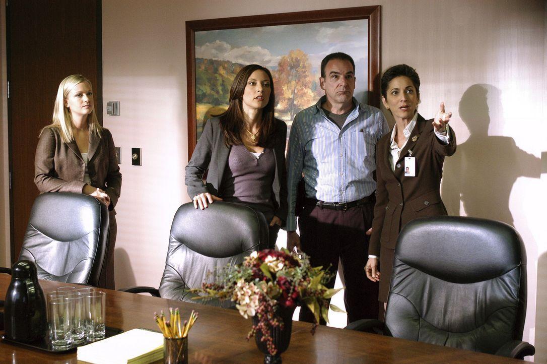 Da die Spur des Täters in ein Krankenhaus führt, wird Cheryl Marston (Nike Doukas, r.) von Jason Gideon (Mandy Patinkin, 2.v.r.), Elle Greenway (L... - Bildquelle: Touchstone Television