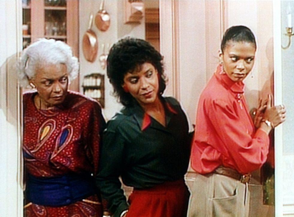Stella (Yvette Ervin, r.), Clair (Phylicia Rashad, M.) und deren Mutter Ethel (Ethel Ayler, l.) lauschen an der Tür zum Wohnzimmer, wo sich ihre M - Bildquelle: Viacom