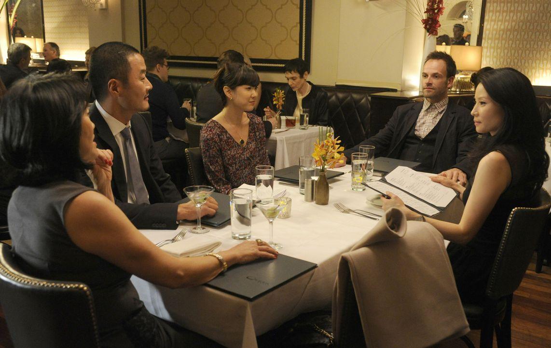 Joan Watson (Lucy Liu, r.) ist positiv von Sherlock (Jonny Lee Miller, 2.v.r.) überrascht, als dieser ihre Familie kennenlernt ... - Bildquelle: CBS Television